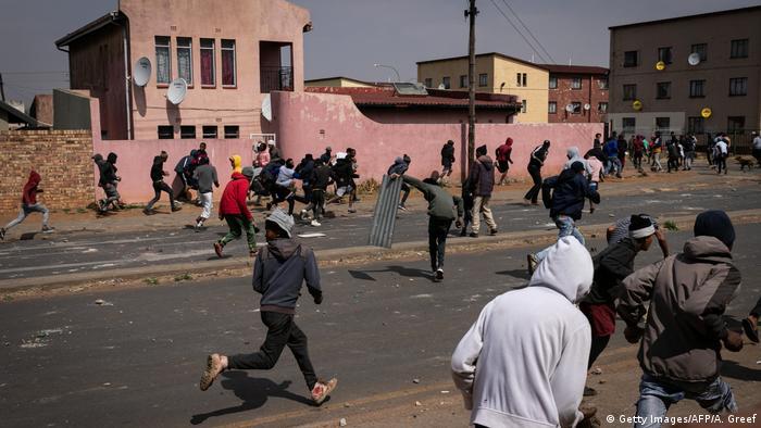 Südafrika Johannesburg | Unruhen nach Tod eines Teenagers in Eldorado Park (Getty Images/AFP/A. Greef)