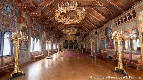 Bavarski kralj Ludvig II bio je samotnjak i u svojim dvorcima je voleo samoću. Ali nakon njegove smrti 1886. iz godine u godinu sve je više turista u njegovim rezidencijama. Najpoznatija – dvorac Nojšvanštajn – za jednu sezonu obilazi i po 6.000 ljudi svakog dana. A sada ih je samo oko hiljadu.