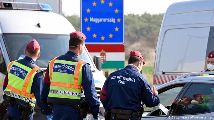 Поліція Угорщини контролює автомобілі на австрійсько-угорському кордоні у березні 2020 року