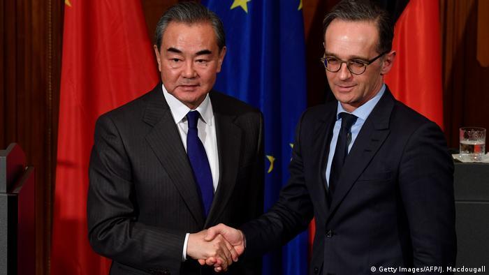 Los ministros de Exteriores de China y Alemania, Wang-Yi y Maas.