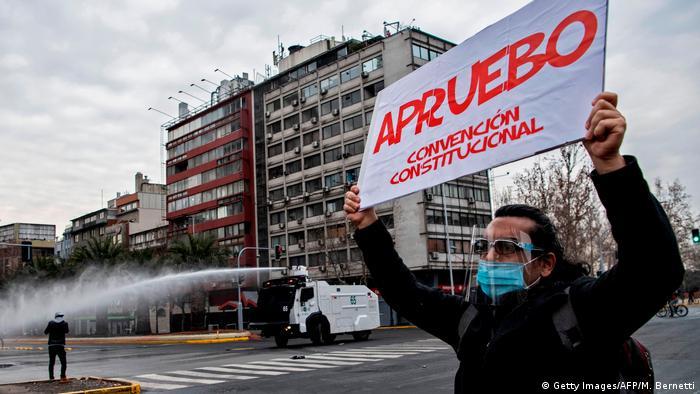 Manifestantes haciendo campaña por las opciones Apruebo y Convención Constitucional, en Santiago.