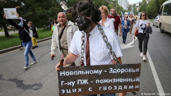 Плакат в поддержку отравленного Новичком оппозиционера Алексея Навального на антиправительственной демонстрации в Хабаровске, 29 августа 2020 года.