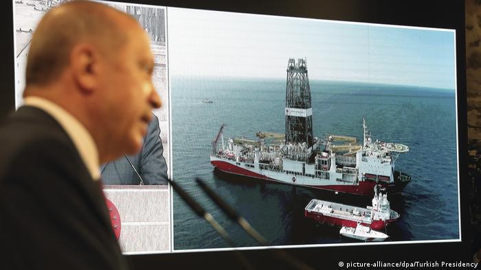 اردوغان در کنار مونیتوری که کشتی اکتشافی فتح را نشان میدهد