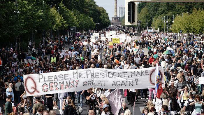Учасники акції протесту проти карантинних обмежень у Берліні