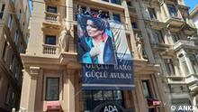 Türkei Istanbul Anwaltskammer mit Plakat von Ebru Timtik