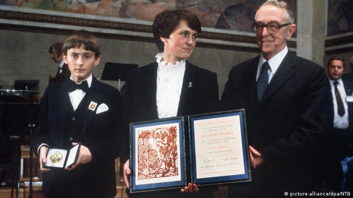 Danuta Wałęsa i najstarszy syn odbierają Pokojową Nagrodę Nobla dla Lecha Wałęsy (1983)
