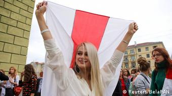 Девушка с бело-красно-белым флагом