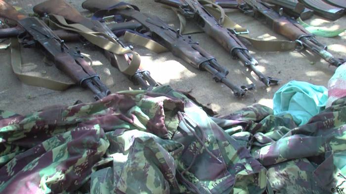 Mosambik Militäruniformen und Waffen des Typs ak-47 (DW/D. Anacleto)