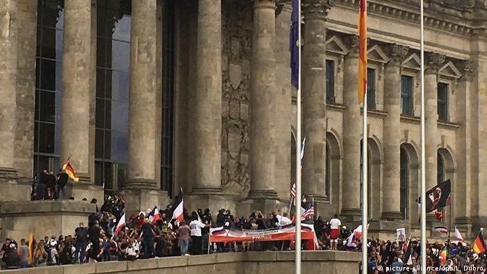 Eine Menschenmenge vor dem Reichstag mit Flaggen