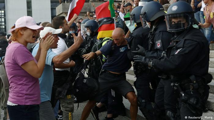 Протестующие и полиция у здания Рейхстага в Берлине, 29 августа 2020 года
