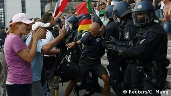 У одного из демонстрантов около Рейхстага позже обнаружили огнестрельное оружие. На фото: протестующие во время стычек с полицией