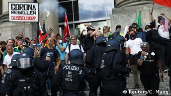 Участники акций протеста в Берлине против ограничительных мер правительства, связанных с пандемией (август 2020)