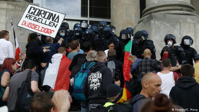 Eine Gruppe Polizisten in Schutzausrüsten stellte sich auf einer Treppe gegen Demonstranten