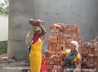 زنان کارگر ساختمانی در شهر پونه، از جمله شهرهای محل اقامت پناهجویان ایرانی