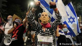 Homem veste máscara de Netanyahu em protesto antigoverno em Israel