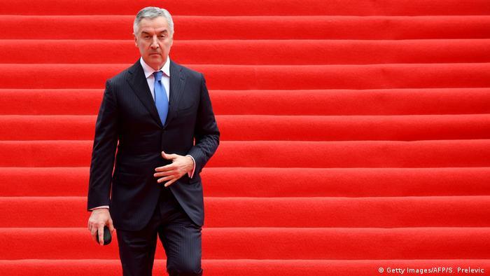 Präsident Milo Djukanovic geht eine Treppe mit rotem Teppich hinunter (Getty Images/AFP/S. Prelevic )