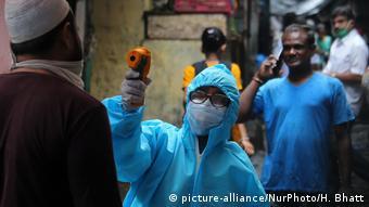 Indien Mumbai Coronavirus | Temperaturmessung in Slums
