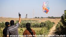 25.08.2020 August 25, 2020, Gaza Strip, Jabalia, Gaza: Masked Palestinians releasing balloons attach with incendiary devices into Israel close to Jabalya refugee camp along the Israel-Gaza border. (Credit Image: © Nidal Alwaheidi/SOPA Images via ZUMA Wire |