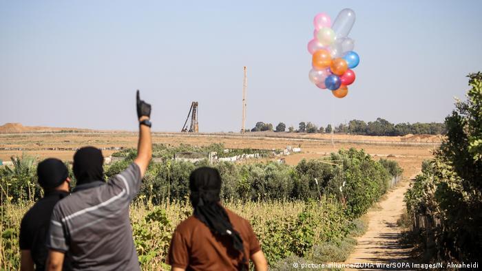 Palästina Gazastreifen | Palästinenser schicken Brandballons in Richtung Israel (picture-alliance/ZUMA Wire/SOPA Images/N. Alwaheidi)