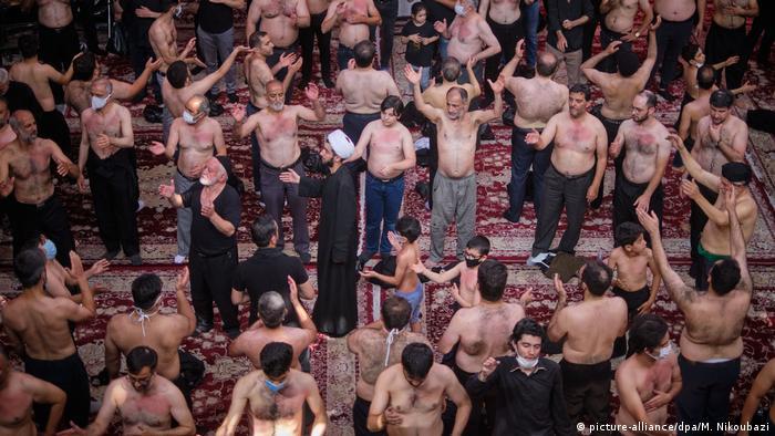 دولت در زمینه برگزاری مراسم محرم دستورالعملی صادر کرد. مطابق تصویرها و ویدئوهایی که در فضای مجازی منتشر شد، در مراسم مذهبی در موارد زیادی توصیههای بهداشتی به درستی رعایت نشدند.