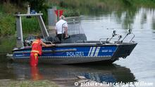 29.08.2020, Sachsen-Anhalt, Tröbsdorf: Ein Boot der Wasserschutzpolizei wird in die Unstrut gelassen. Mehrere unabhängige Zeugen wollen dort ein Krokodil gesehen haben. Suchaktionen blieben bisher erfolglos. Foto: Sebastian Willnow/dpa-Zentralbild/dpa +++ dpa-Bildfunk +++   Verwendung weltweit