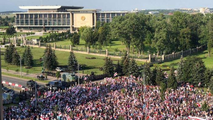 Belarus Protestmarsch vor dem Präsidentenpalast in Minsk (DW/A. Boguslawskaja)