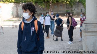 Άνοιγμα των σχολείων στη Γαλλία με μάσκες