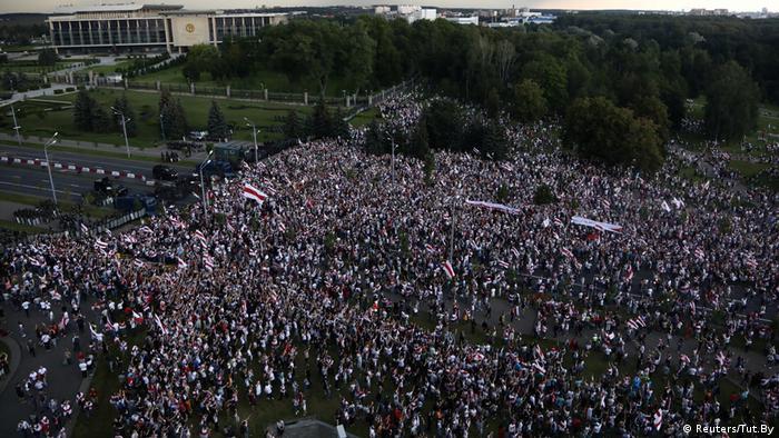 Demonstranci na Placu Niepodległości w Mińsku