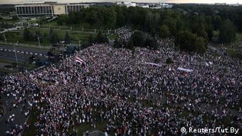 Демонстранты у Дворца независимости в Минске, 30 августа