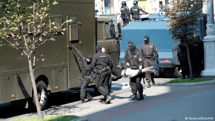 Homem é detido por policiais em Minsk