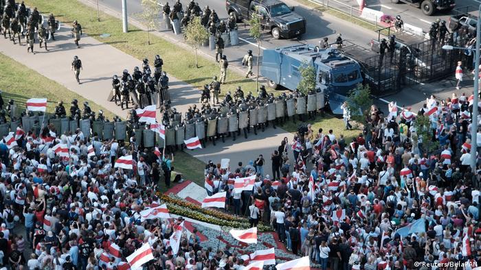 Manifestantes em frente a barricadas de policiais