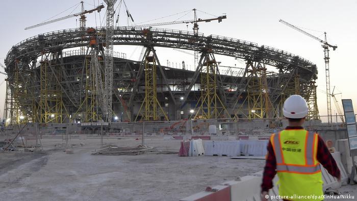 Arbeiter vor einer Stadion-Baustelle (picture-alliance/dpa/XinHua/Nikku)
