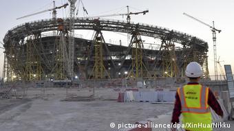 Иностранный рабочий на стройке стадиона для ЧМ 2022 в Катаре
