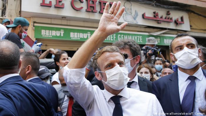 الرئيس الفرنسي إيمانويل ماكرون أثناء زيارته إلى بيروت عقب انفجار المرفأ مطلع أغسطس/ آب.
