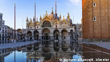 Spiegelungen an der Piazza San Marco im Abendlicht, Venedig, Venetien, Italien, Europa | Verwendung weltweit, Keine Weitergabe an Wiederverkäufer.