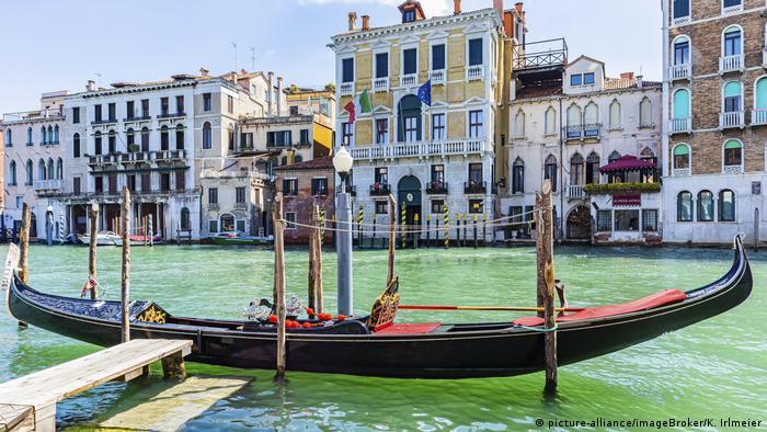 Italiy, Venice, a gondola on an empty, clean canal (picture-alliance/imageBroker/K. Irlmeier)