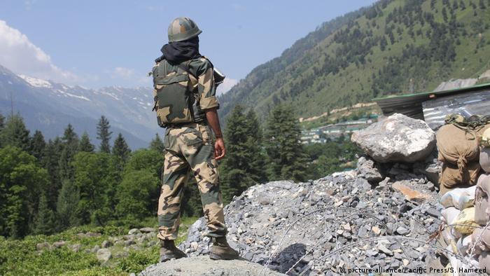 Anggota militer India berjaga di daerah perbatasan Ladakh
