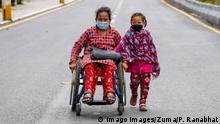 Nepal Rollstuhlfahrerin in Kathmandu