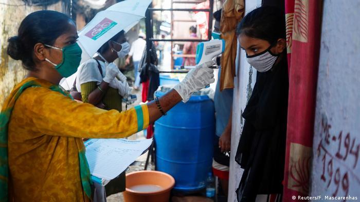 Indien I Coronavirus I Mitarbeiter des Gesundheitssystems in Mumbai (Reuters/F. Mascarenhas)