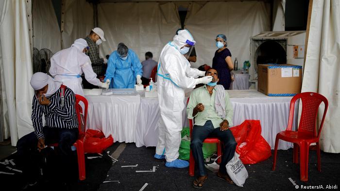 Indien I Coronavirus I Mitarbeiter des Gesundheitssystems in Neu Delhi (Reuters/A. Abidi)