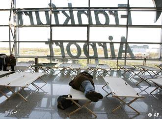 Pasajeros durmiendo en el Aeropuerto de Fráncfort.