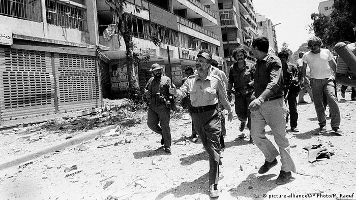 Libanon Yasser Arafat in West-Beirut (1982) (picture-alliance/AP Photo/M. Raouf)