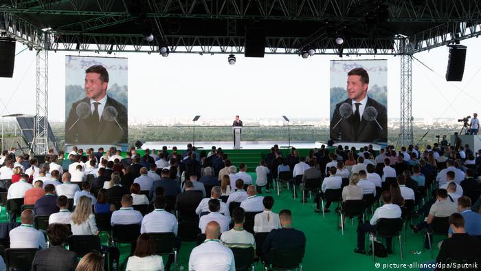 Під час виступу Володимира Зеленського на з'їзді партії Слуга народу