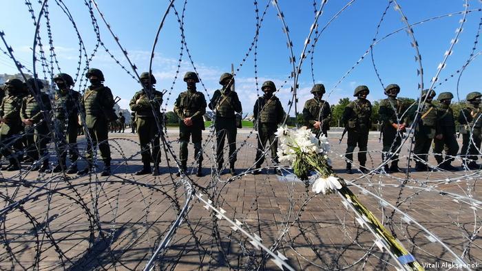 Soldaten verschanzen sich hinter Stacheldraht