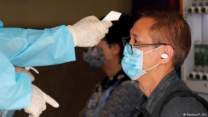 Cidadão de Hong Kong participa do programa de testes em massa para covid-19