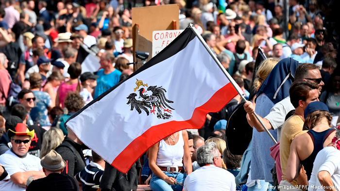 Demonstranten zeigen am Samstag eine Reichsadlerflagge (Foto: Getty Images/AFP/J. Macdougall)