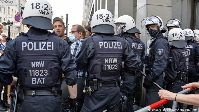 Polizisten bei den Demonstrationen in Berlin am Samstag (Foto: picture-alliance/AAPimages/Timm)