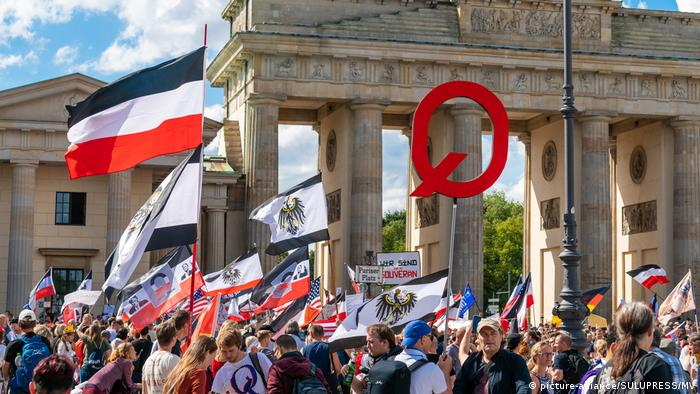 Far-right flags waved at Berlin anti-coronavirus protests (picture-alliance/SULUPRESS/MV)