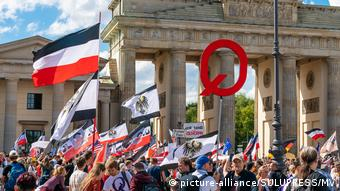 Демонстрация противников мер по борьбе с коронавирусом в Берлине