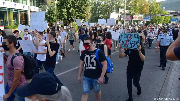 Nord-Mazedonien Skopje | Schüler Proteste gegen online Unterricht (DW/P. Stonajovski)